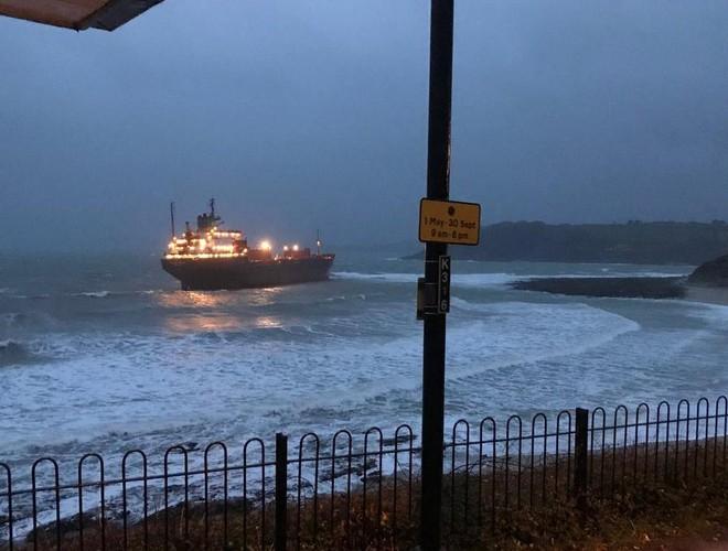 Tàu Kuzma Minin dài 180m bị mắc cạn ở Cornwall
