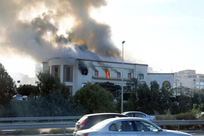 Khói đen bốc lên từ tòa nhà Bộ Ngoại giao Libya