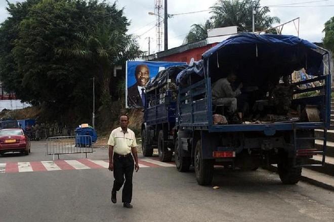 Xe quân đội Gabon được triển khai ở Thủ đô Libreville