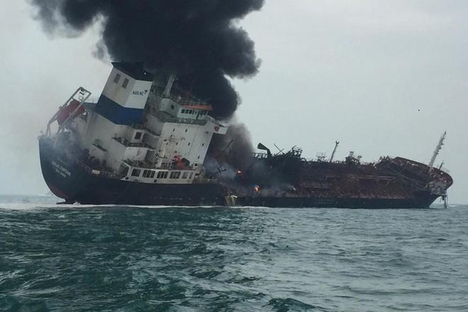 Khói đen bốc lên từ hiện trường chiếc tàu dầu bị cháy