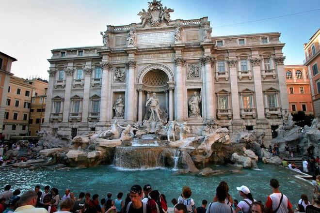 Bể phun nước Trevi ở trung tâm thành phố Rome
