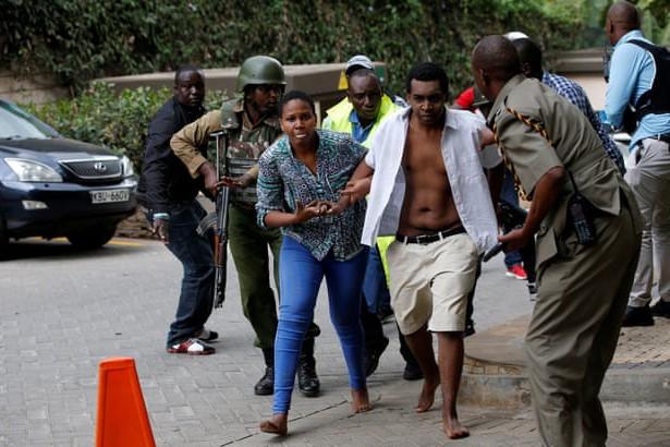Nhiều người vội vã rời khỏi hiện trường vụ tấn công