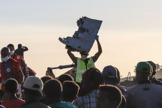 Mảnh vỡ của chiếc máy bay vừa bị rơi được tìm thấy gần thị trấn Bishoftu của Ethiopia