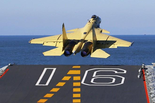 Máy bay tiêm kích J-15 cất cánh từ tàu sân bay Liêu Ninh của Trung Quốc. Ảnh minh họa