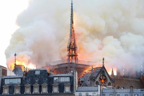 Khói cuộn lên trong đám cháy Nhà thờ Đức Bà Paris tối 15-4