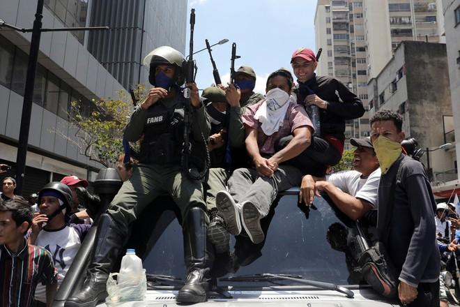 Một số binh sĩ Venezuela tham gia đảo chính cùng những người ủng hộ ông Juan Guaido ở Caracas ngày 30-4
