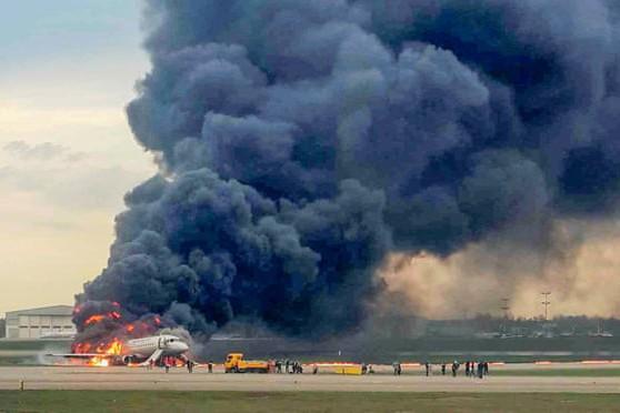 Máy bay bốc cháy dữ dội sau khi hạ cánh rất mạnh xuống đường băng