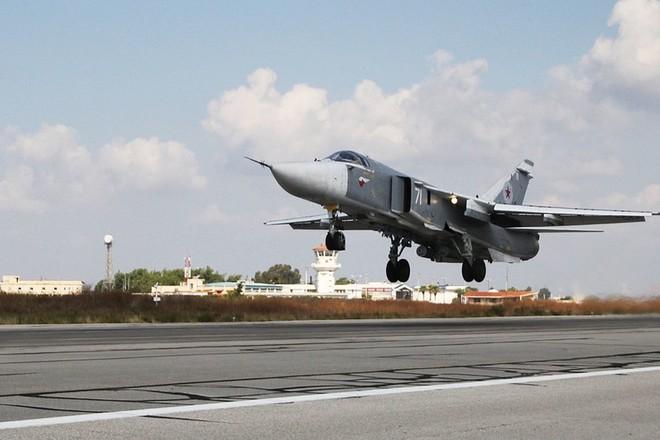Máy bay Su-24 của Nga cất cánh tại căn cứ Khmeimim ở Syria