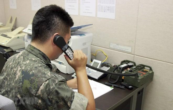 Binh sỹ thuộc Bộ Thống nhất Hàn Quốc liên lạc với người đồng cấp Triều Tiên