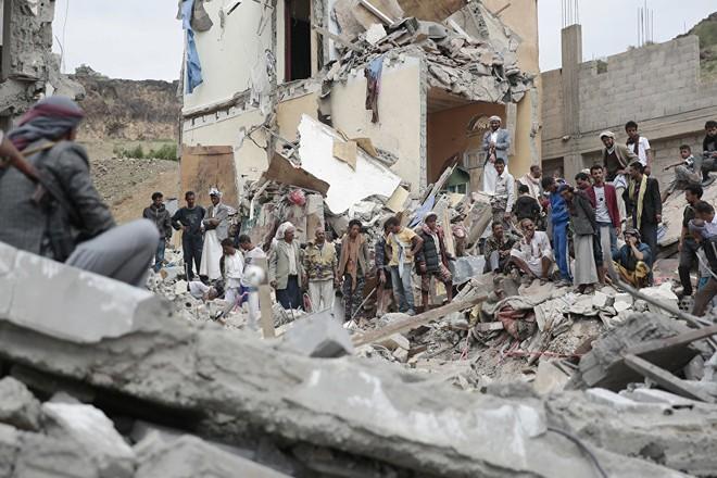 Hiện trường đổ nát của một ngôi nhà do bị trúng bom của liên quân do Arập Xêút dẫn đầu tại Sanaa