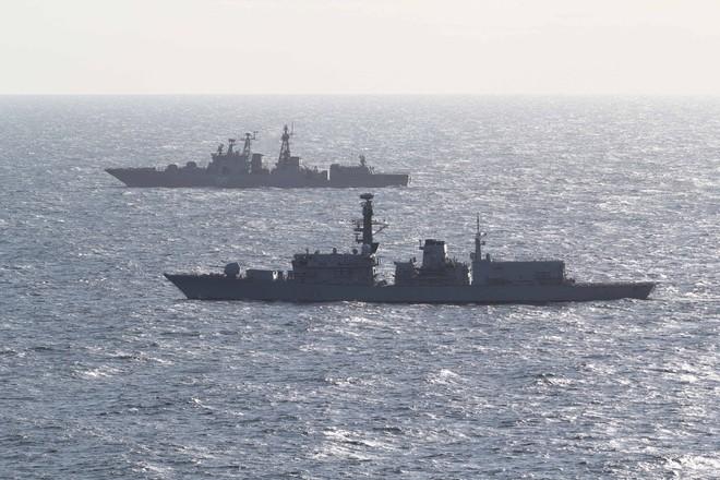 Tàu HMS Northumberland của Anh theo sát tàu khu trục Nga