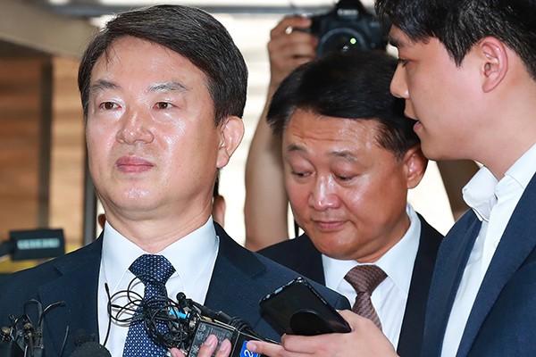 Cựu Giám đốc Cơ quan cảnh sát quốc gia Hàn Quốc Kang Shin-myung (ảnh trái)