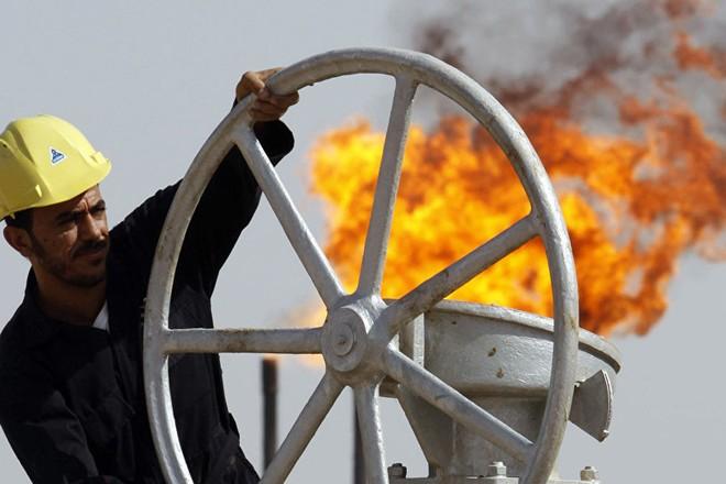 Công nhân Iraq làm việc tại một mỏ dầu ở Basra