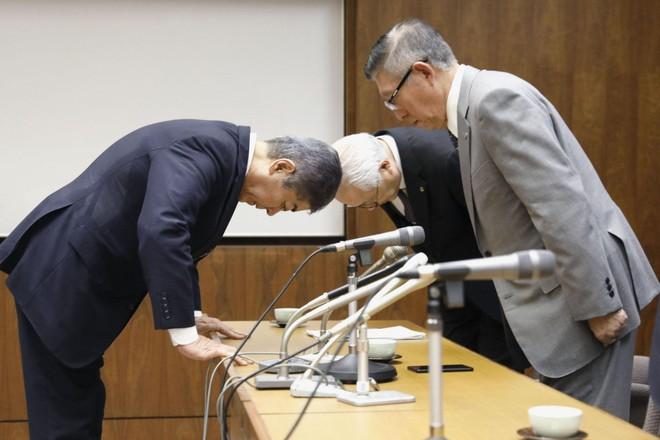Bộ trưởng Iwaya (trái) xin lỗi trong cuộc gặp với Tỉnh trưởng tỉnh Akita hôm 17-6