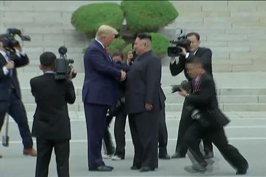 Ông Trump bắt tay ông Kim Jong-un trên lãnh thổ Triều Tiên