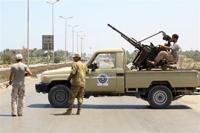 Lực lượng an ninh Libya canh gác tại hiện trường một vụ tấn công gần Tripoli