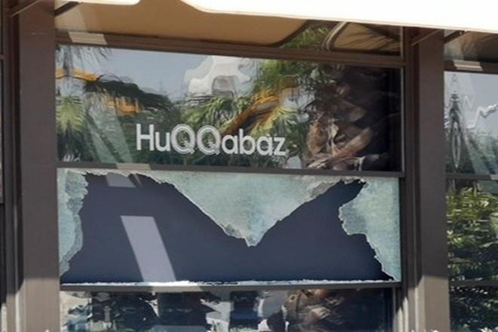 Cửa của nhà hàng bị vỡ sau vụ xả súng