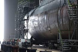 Ông Kim Jong-un (áo xám) thị sát tàu ngầm hôm 22-7