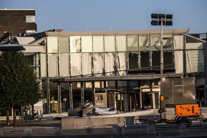 Phía trước lối vào Cơ quan Thuế vụ Đan Mạch ở Copenhagen bị hư hại