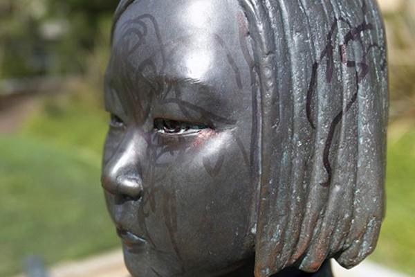 """Bức tượng """"Thiếu nữ Hòa bình"""" bị vẽ bẩn"""