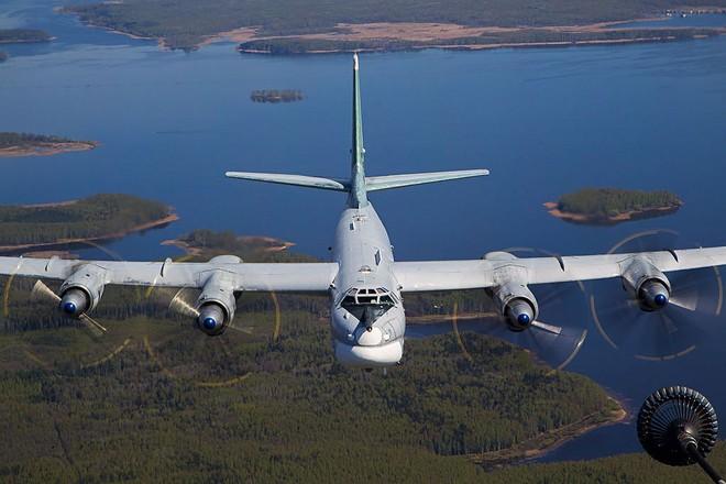 Máy bay ném bom Tu-95MS của Nga đang thực hiện tiếp nhiên liệu trên không