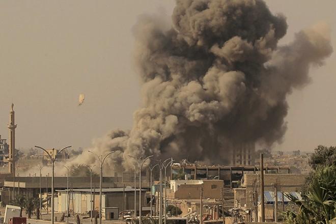 Khói đen bốc lên sau cuộc giao tranh giữa SDF và IS ở Raqqa