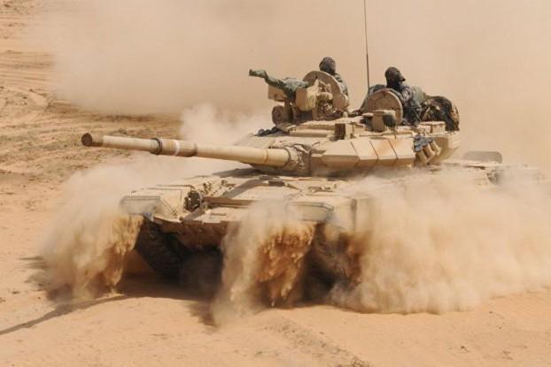 Xe tăng quân đội Syria di chuyển trên sa mạc