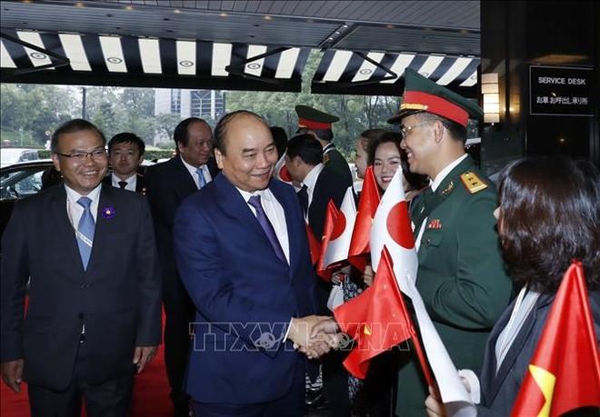 Cán bộ, nhân viên Đại sứ quán Việt Nam tại Nhật Bản đón Thủ tướng Nguyễn Xuân Phúc tại sân bay quốc tế Narita, Tokyo
