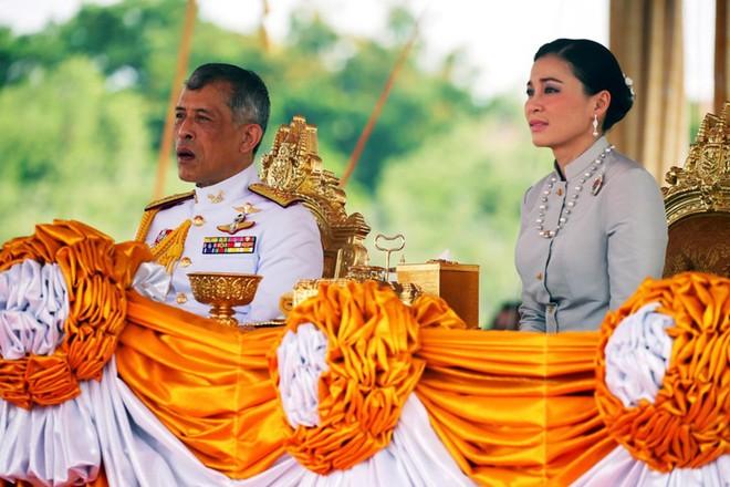 Nhà vua Thái Lan Maha Vajirusongkorn và Hoàng hậu Suthida