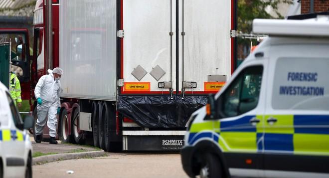 Cảnh sát Anh điều tra hiện trường chiếc xe tải đông lạnh có 39 thi thể