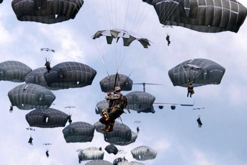 Lính dù Mỹ diễn tập tại căn cứ không quân Kadena lần thứ 4 trong năm nay
