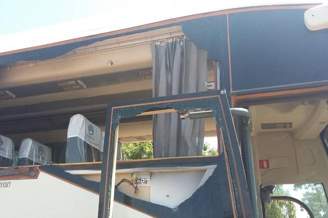 Một chiếc xe buýt chở nhân viên và nhà thầu của Công ty SemaFO bị tấn công
