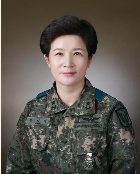 """Nữ tướng """"hai sao"""" Kang Sun-young"""