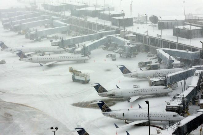 Tuyết rơi dày tại sân bay quốc tế O'Hare