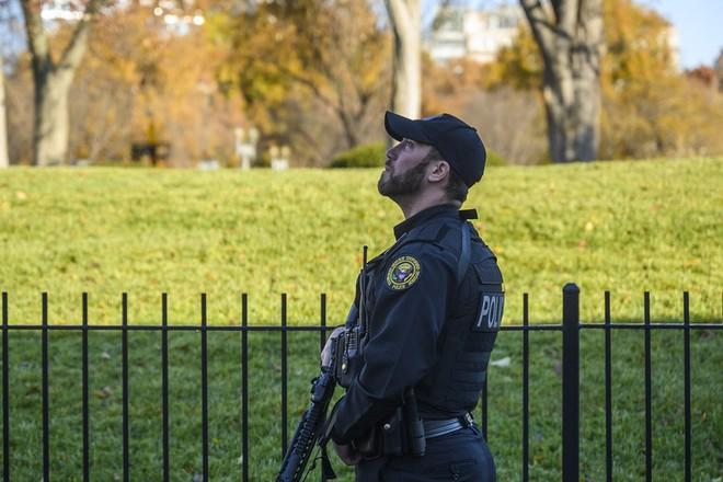 Nhân viên an ninh quan sát bầu trời Nhà Trắng bị phong tỏa