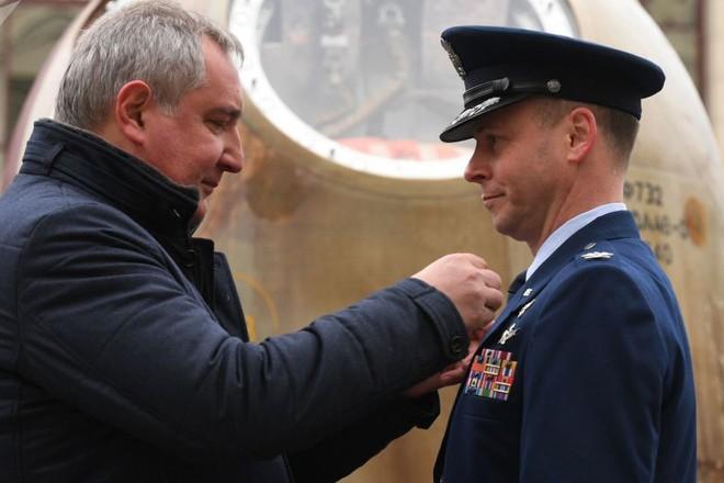 Phi hành gia Mỹ Nick Hague nói rằng ông tự hào vì được nhận huân chương từ Nga