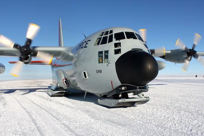 Một chiếc máy bay vận tải quân sự C-130
