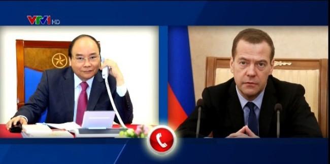 Thủ tướng Nguyễn Xuân Phúc điện đàm với Thủ tướng Nga Dmitry Medvedev. Ảnh: Vtv.vn