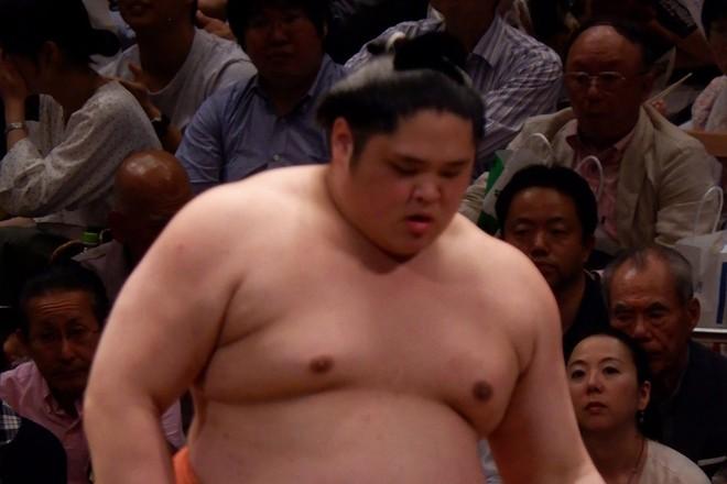 Võ sỹ Takagenji bị cúm nhưng vẫn thi đấu