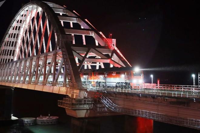 Đoàn tàu chở khách từ Saint Petersburg đi qua cây cầu Crimea