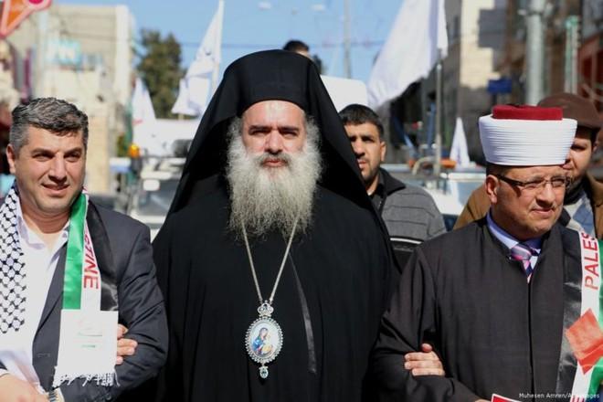 Tổng Giám mục Chính thống ở Jerusalem, ông Atallah Hanna (ảnh giữa)