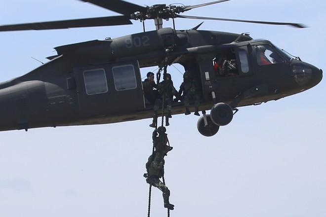Một chiếc trực thăng UH-60 Black Hawk