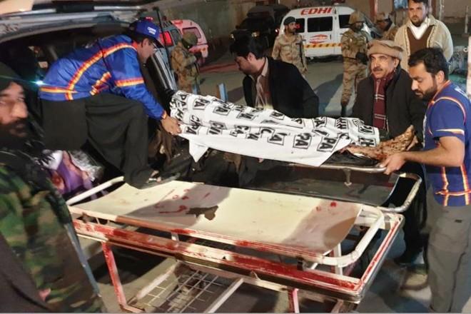 Nhân viên bệnh viện di chuyển thi thể các nạn nhân thiệt mạng trong vụ nổ