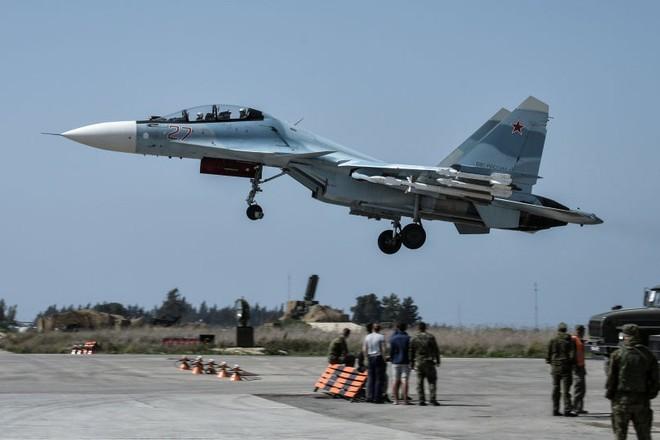 Máy bay Su-30 cất cánh từ căn cứ không quân Hmeimim của Nga ở Syria