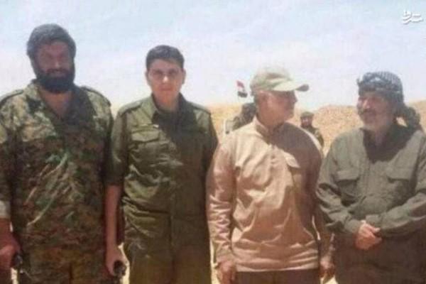 Ông Asghar Bashpour (ngoài cùng bên trái)