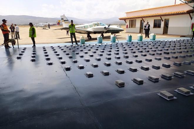 Venezuela chặn máy bay chở gần 500 kg cocaine