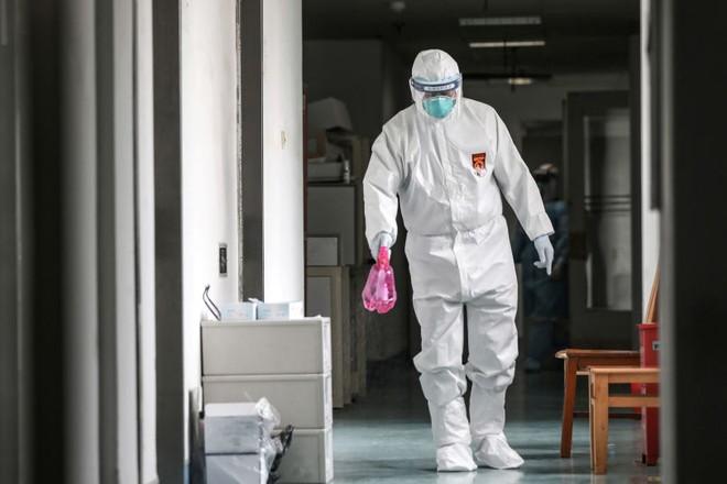 Nhân viên y tế phun thuốc khử trùng tại 1 bệnh viện ở Vũ Hán