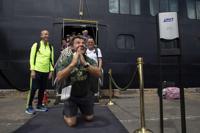 Các hành khách vui sướng khi được rời tàu du lịch MS Westerdam