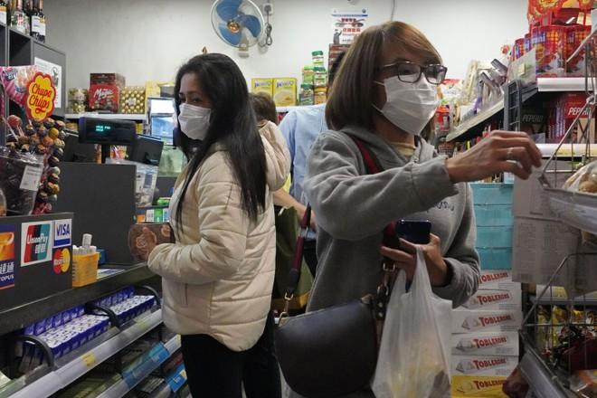 Cảnh mua sắm thời dịch bệnh corona tại Hồng Kông