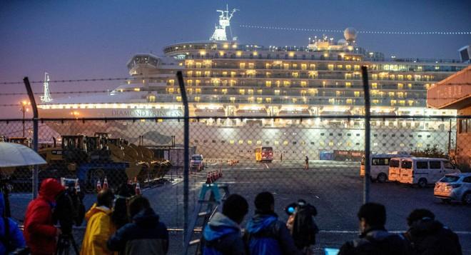 Du thuyền Diamond Princess neo đậu ngoài khơi Yokohama của Nhật Bản
